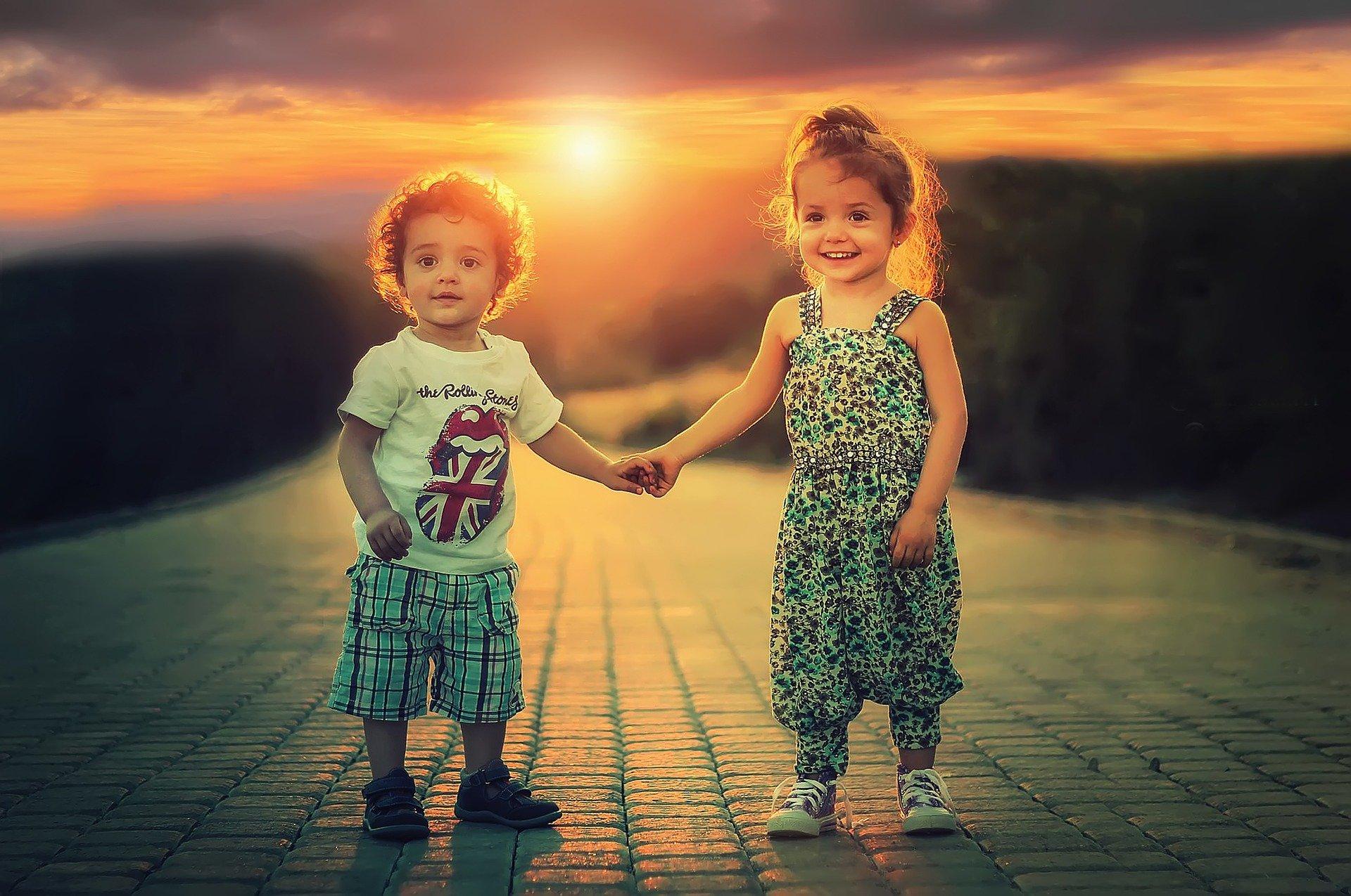 enfant,coucher de soleil, route